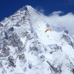 Max Berger desciende el Broad Peak en parapente