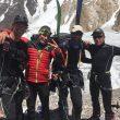 Don Bowie (izda), Cala Cimenti (con esquís) y Denis Urubko felices en el campo base GVII (22 julio 2019) tras el rescate de Francesco Cassardo.