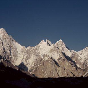 Macizo de los Gasherbrums, con el G-VI en el extremo derecho y G-IV en el izquierdo