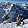 Nirmal Purja cerca de la cima del k2 el 24 de julio 2010, Detrás el Broad Peak y el grupo de los Gasherbrum. A la derecha el Chogolisa.