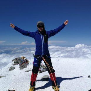 El sordociego Javier García Pajares en la cima del Elbrus (5.642 m), 10 agosto 2019.