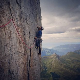 Gorka Karapeto en el largo clave de 'Magic mushroom' (600 m, 7c+) en la cara norte del Eiger