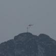 Un helicóptero sobrevuela la cima del Giewont, en los Tatras