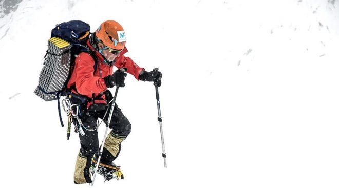 Carlos Soria aclimatando en el Dhaulagiri (septiembre 2019) en ruta hacia el campo 1.