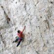 Alex Honnold escalando deportiva en la zona de Nevada