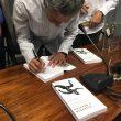 """Martín Fiz firmando el libro """"Regresar a maratón"""""""