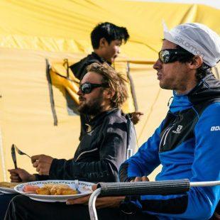 Kilian Jornet, en primer plano, y Andrzej Bargiel en el Campo Base del Everest. Foto de Andrzej Bargiel