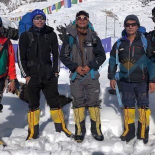 Ali Sadpara y los cuatro sherpas que han hecho cima en el Manaslu y equipado el tramo final de la ruta