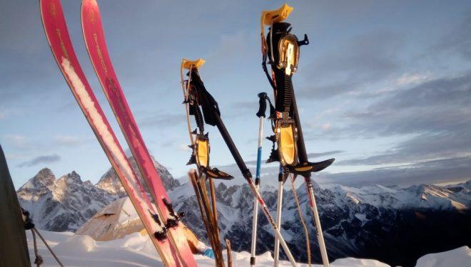 Los esquís de Cristina Piolini en la cima del Manaslu que descendió esquiando (otoño 2019).