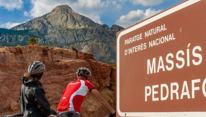Ciclistas delante del macizo del Pedraforca