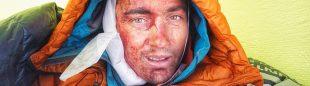 Alastair Swinton esperando a ser rescatado en el Koyo Zom