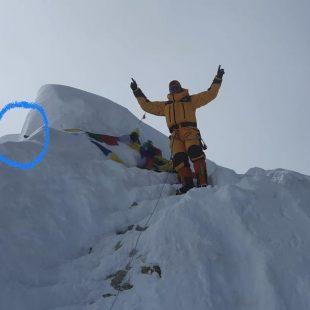 Xavi Arias en la cima del Manaslu, con otra elevación unos metros más alta marcada