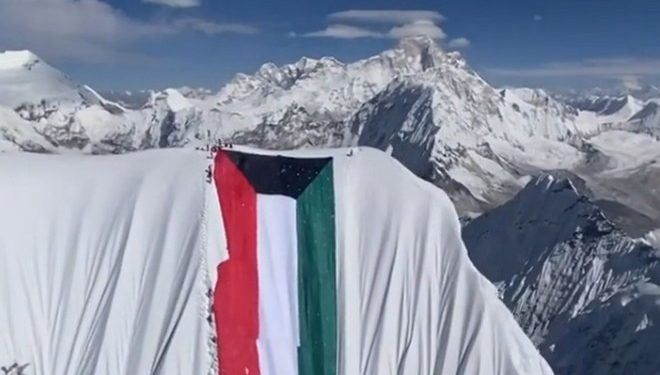 Bandera en la cima del Ama Dablam