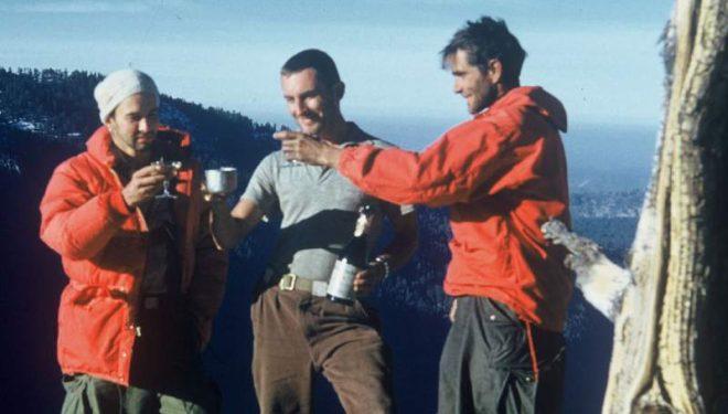 Wayne Merry (centro) brinda con Harding (dcha) y George Whitmore (izqda) en la cima de El Capitan tras escalar 'The Nose'.