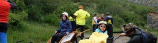 Imagen de una actividad del Club de Montaña Pandetrave con sillas adaptadas (joëlette) para que personas con discapacidad puedan disfrutar de la montaña.