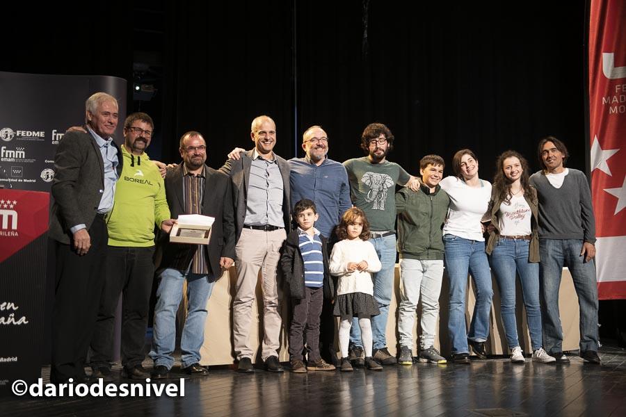 Miembros del Club Todo Vertical reciben el premio al club del año en la Gala de Montaña 2019 de la Federación Madrileña de Montañismo.