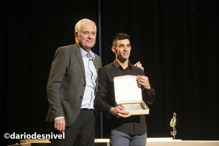 Jorge Díaz-Rullo recibe el premio al deportista destacado del año en la entrega premios de la Gala de Montaña 2019 de la Federación Madrileña de Montañismo de manos de su presidente José Luis Rubayo.