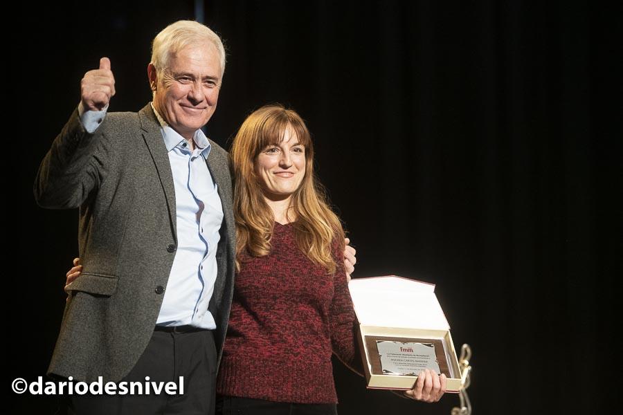Andrea Cartas recibe el premio a la deportista destacada del año en la entrega premios de la Gala de Montaña 2019 de la Federación Madrileña de Montañismo de manos de su presidente José Luis Rubayo.