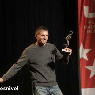 """Jorge Palacios """"Palas"""" recibe de José Luis Rubayo (presidente de FMM) el Mosquetón de Oro en la entrega premios de la Gala de Montaña 2019 de la Federación Madrileña de Montañismo."""