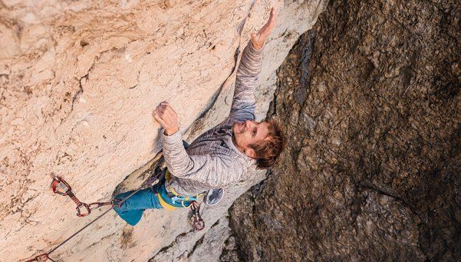 Lukasz Dudek ensayando 'Core' 8c, que luego escalaría autoasegurado en diciembre de 2019