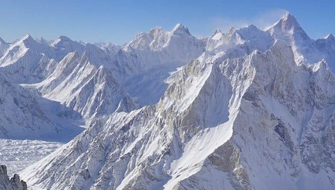 Vistas desde el Broad Peak invernal, con el K2 de fondo