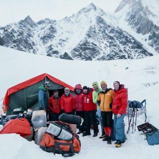 El equipo de Simone Moro y Tamara Lunger, a su llegada al CB del Gasherbrum invernal