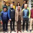 Foto de familia de la expedición internacional al K2 invernal, con los sherpas, John Snorri Sigurdjonsson, Tomaz Rotar, junto con periodistas pakistanís, oficial de enlace y miembros de la agencia