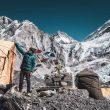Jost Kobusch, en el campo base del Everest, con la pared que lleva al Lho La detrás