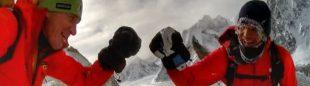 Denis Urubko y Don Bowie, contentos tras alcanzar la arista del Broad Peak invernal