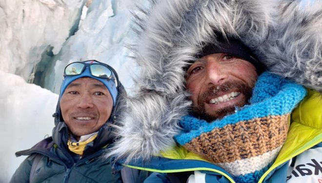 Alex Txikon con uno de sus compañeros en la expedición invernal al Everest sin oxígeno 2020.