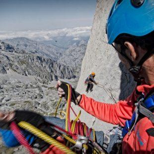 El guía de montaña Alfredo Gago asegura a Chris Ward en la travesía de la Rabadá Navarro, en la cara oeste del Naranjo de Bulnes o Picu Urriellu.