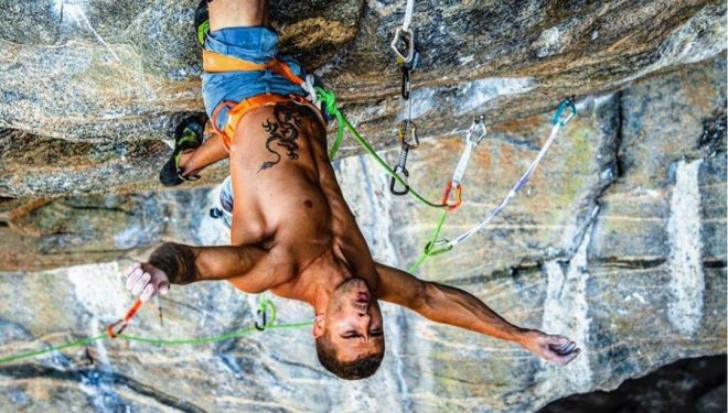 Edu Marín escalando con rodilleras en Flatanger