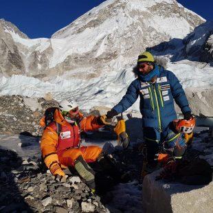 Jonatan Garcia y Álex Txikon, tras la caída en la grieta de la Cascada de Hielo