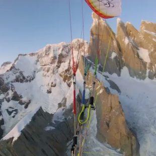 Fabian Buhl desciende en parapente de la cima del Cerro Torre.