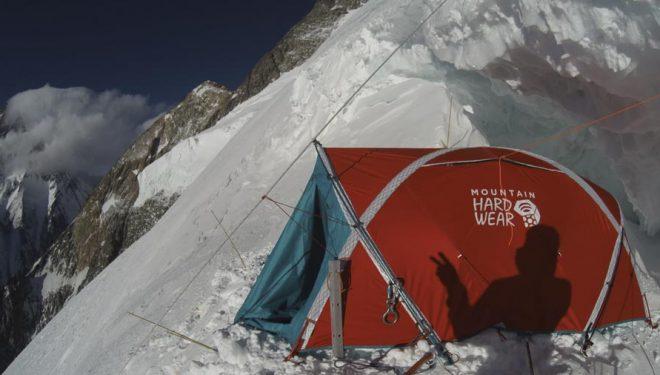 La sombra de Denis Urubko sobre su tienda del campo 3 (7000 m.) durante su intento invernal al Broad Peak (atardecer del 16 febrero 2020).
