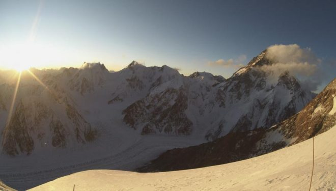 Esta es la vista que disfrutó Denis Urubko durante su intento invernal al Broad Peak, desde el campo 3 (7000 m) al atardecer del 16 febrero 2020.