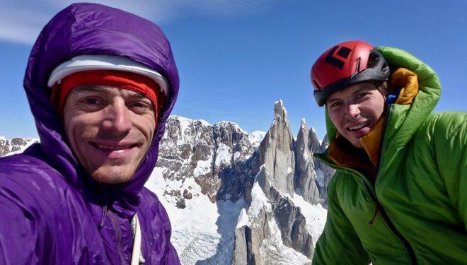 Luka Krajnc y Luka Lindic en la cima de la Aguja Saint Exupery