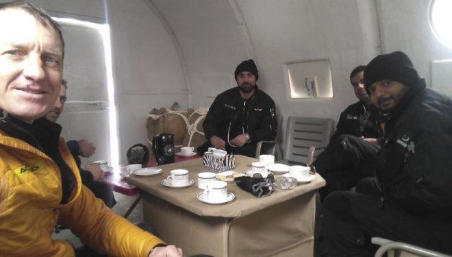 Denis Urubko con los pilotos que, de una manera totalmente inesperada, le recogieron en el campo base del Broad Peak invernal el 18 febrero 2020 para llevarle a Skardu.
