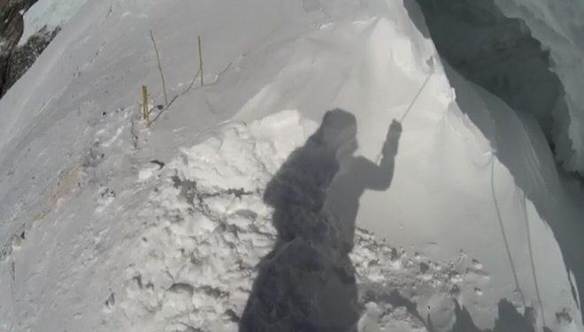 Denis Urubko sujeta en el campo 3 la cuerda que se rempería pocas horas después, el 17 de febrero 2020, durante su intento invernal al Broad Peak.