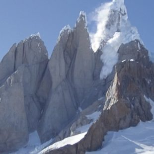Espectacular desprendimiento del hongo somital del Cerro Torre