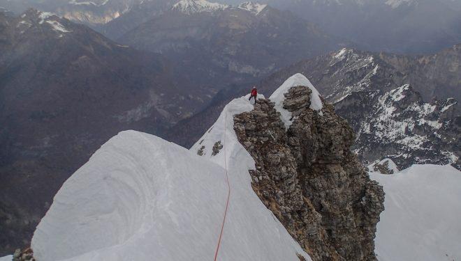 Diego Toigo, en la arista este, que lleva a la antecima del monte Pelf