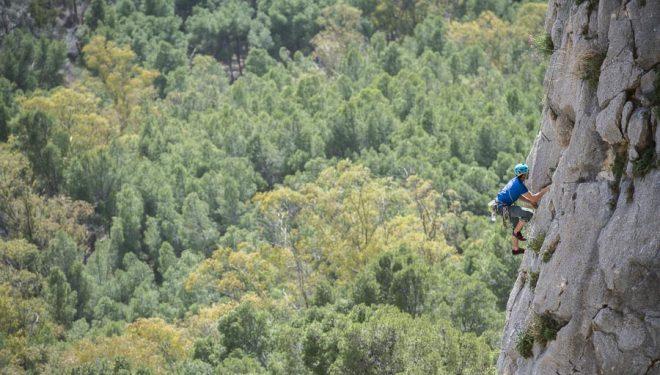 Rafa Gómez ganador con Javier Guzmán del Rally 12 horas escalada El Chorro 2020 en una de las 9 rutas que escalaron.
