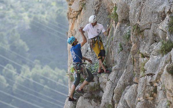 Javier Guzmán y Rafa Gómez, ganadores del Rally 12 horas escalada El Chorro 2020 se animan en la reunión de una de las 9 rutas que escalaron.