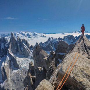Sean Villanueva en la cima de la Aguja Poincenot