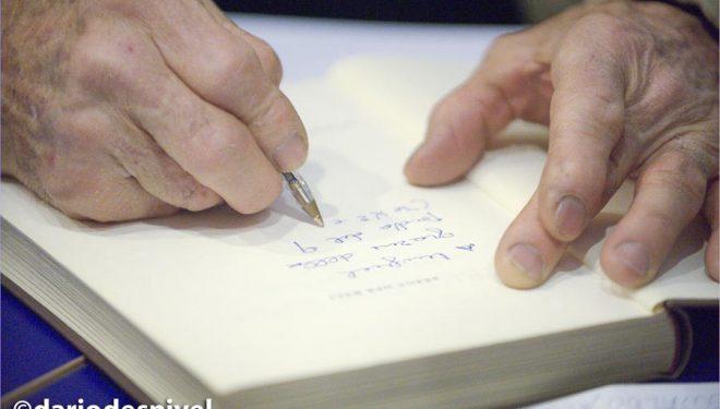 Walter Bonatti firmando ejemplares de sus libros en la Librería Desnivel