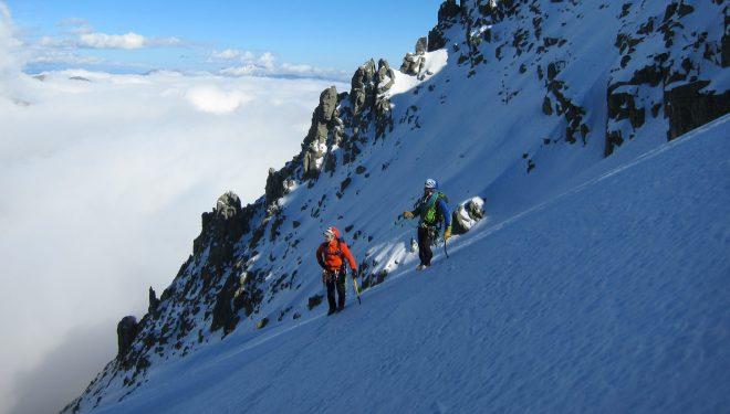 Un guía de montaña con su cliente en Gredos