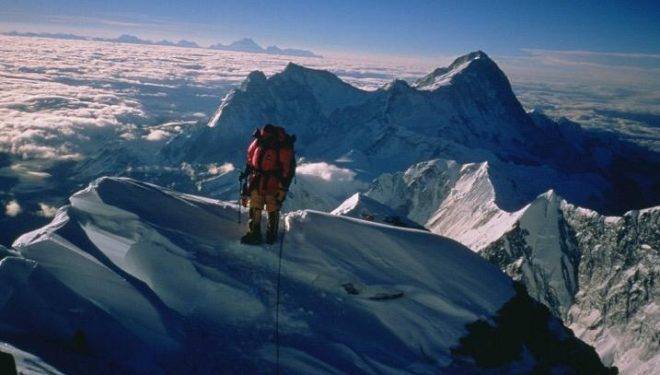 Carlos Soria en la arista final Everest 2011