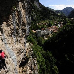 Mariano Caso escalando en la Cueva del Ribero, Desfiladero de la Hermida, Cantabria.
