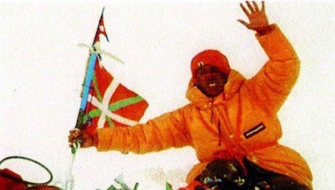 El sherpa Pasang Temba en la cima del Everest el 14 mayo 1980