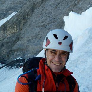 Doctor Santiago Muñoz, médico especialista en microbiología y escalador.